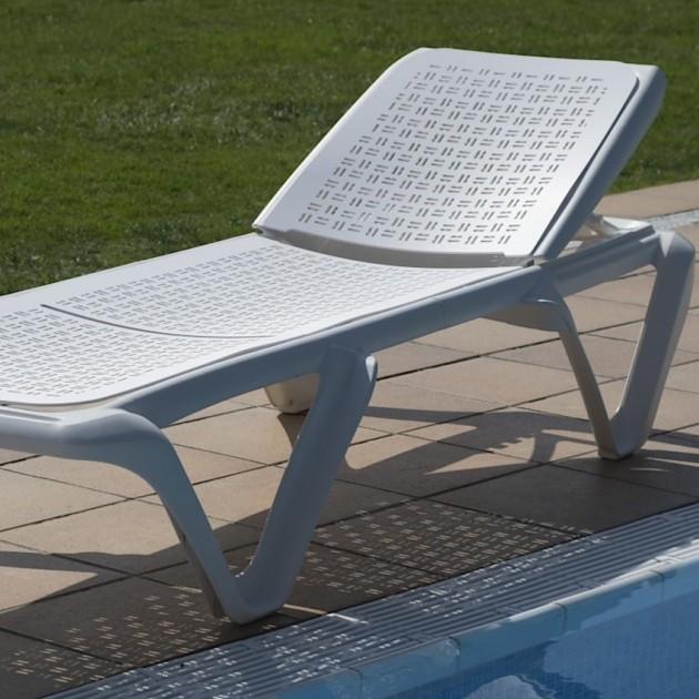 На фото: Пляжний шезлонг Eva Pro Mario Eskenazi White (3134BU), Пластикові шезлонги Balliu, каталог, ціна