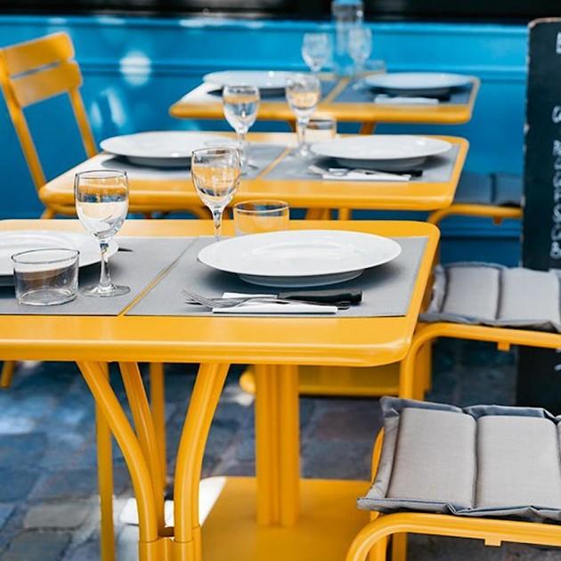 На фото: Стіл Luxembourg 4134 Pink Praline (413493), Стіл на центральній опорі Luxembourg Fermob, каталог, ціна