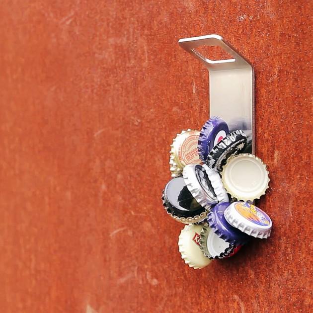 На фото: Відкривач пляшок Johnny Catch (040101), Садові аксесуари Höfats, каталог, ціна