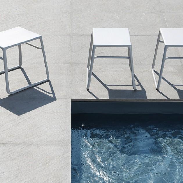 На фото: Допоміжний столик Pop (40048.00.000), Пластикові столи Nardi, каталог, ціна