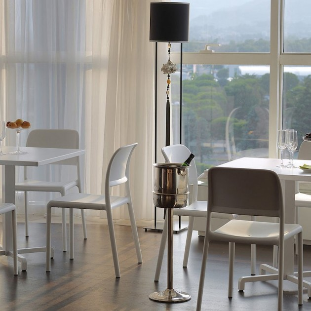 На фото: Стілець Riva Bistrot Bianco (40247.00.000), Пластикові стільці Nardi, каталог, ціна