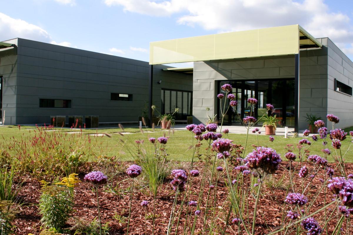 Будівля меблевої фабрики Fermob в місті Туассе (Thoissey) в 50-ти кілометрах від Ліона