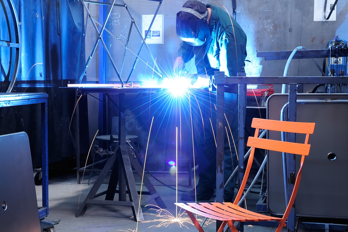 Зварювання металу - один з основних процесів при виготовленні вуличних меблів Fermob