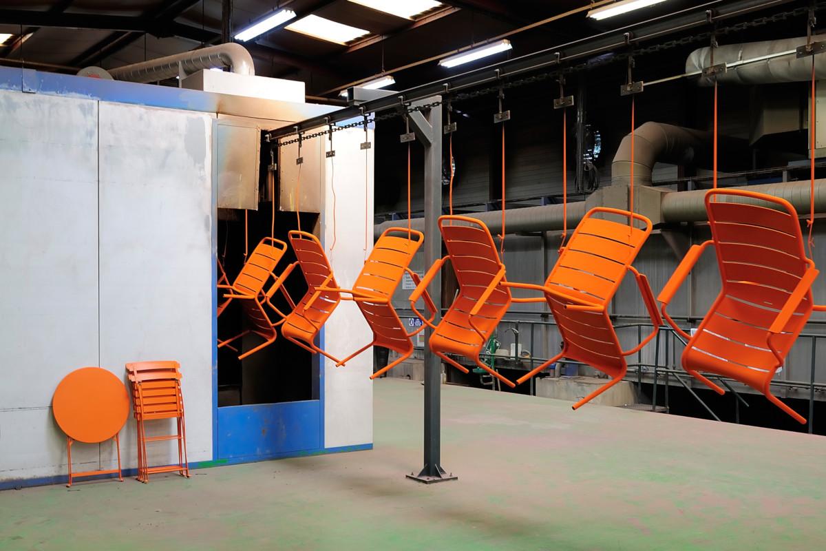 Порошкове фарбування виробів - один з найбільш відповідальних процесів при виготовленні вуличних меблів Fermob
