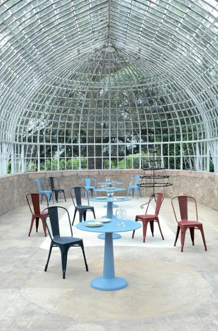 Металлические стулья Tolix в парке или городском кафе