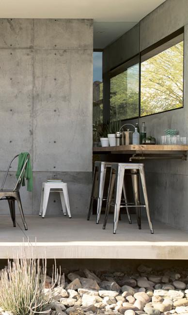 Металлические стулья Tolix на террасе