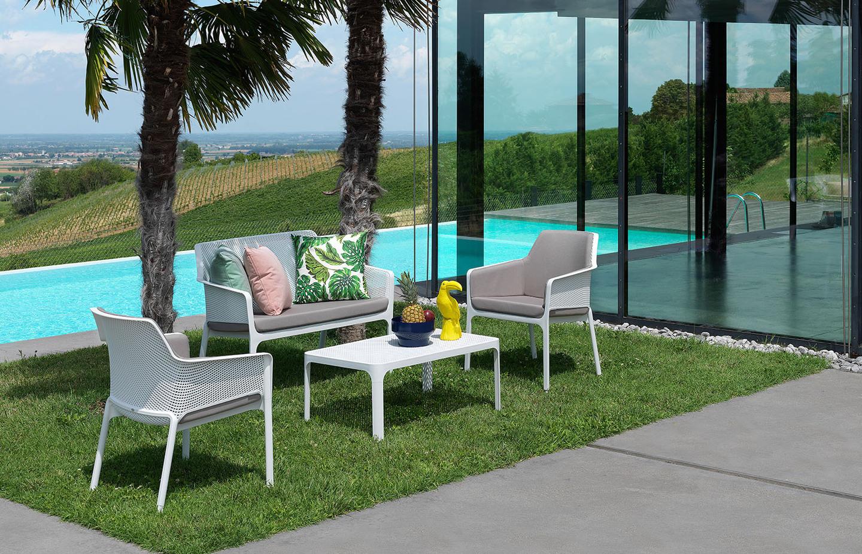 Пластикові меблі Nardi серія Net на галявині біля басейну