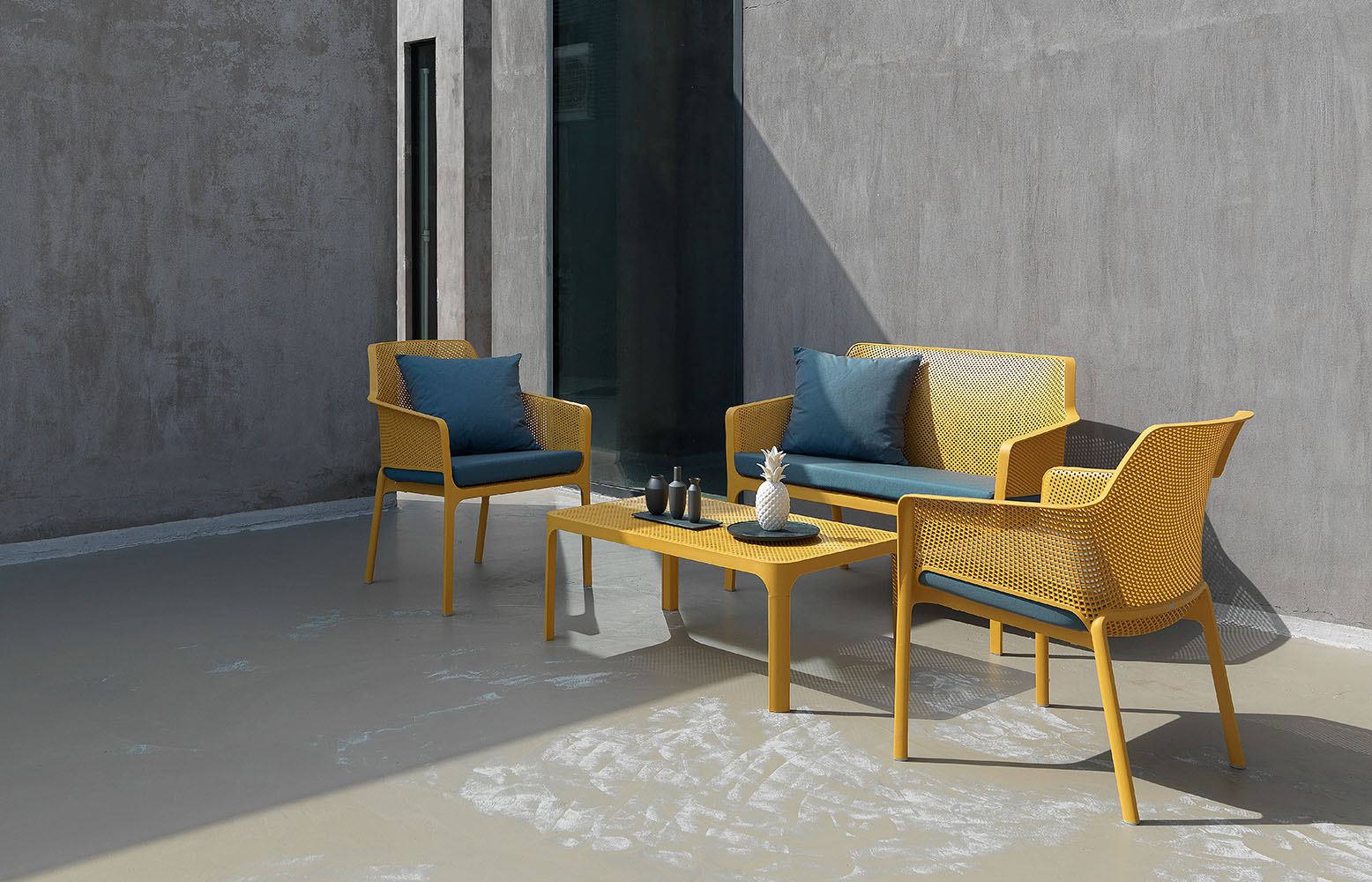 Лава Net, два крісла Net Relax і кавовий столик Net 100 у дворі сучасного приватного будинку
